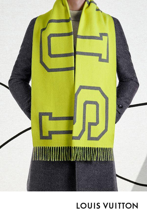 dd32c4b26a2e L écharpe Fluo Louis City de la collection Louis Vuitton Automne-Hiver 2018  est signée « Louis » en majuscules géantes. En jacquard de laine e…