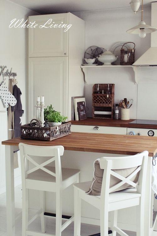 Schöner Tresen und passende Stühle #landhausstil Ideen rund ums - Kleine Küche Einrichten Tipps