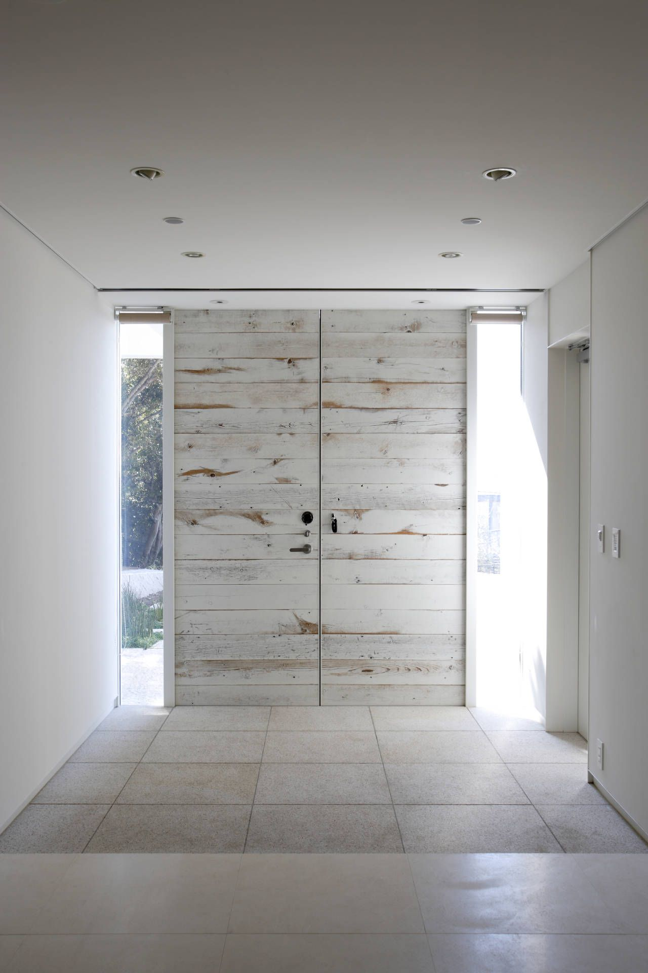 Whitewashed Wooden Slat Doors Beautiful Entree Moderne Deco Maison Idees Pour La Maison