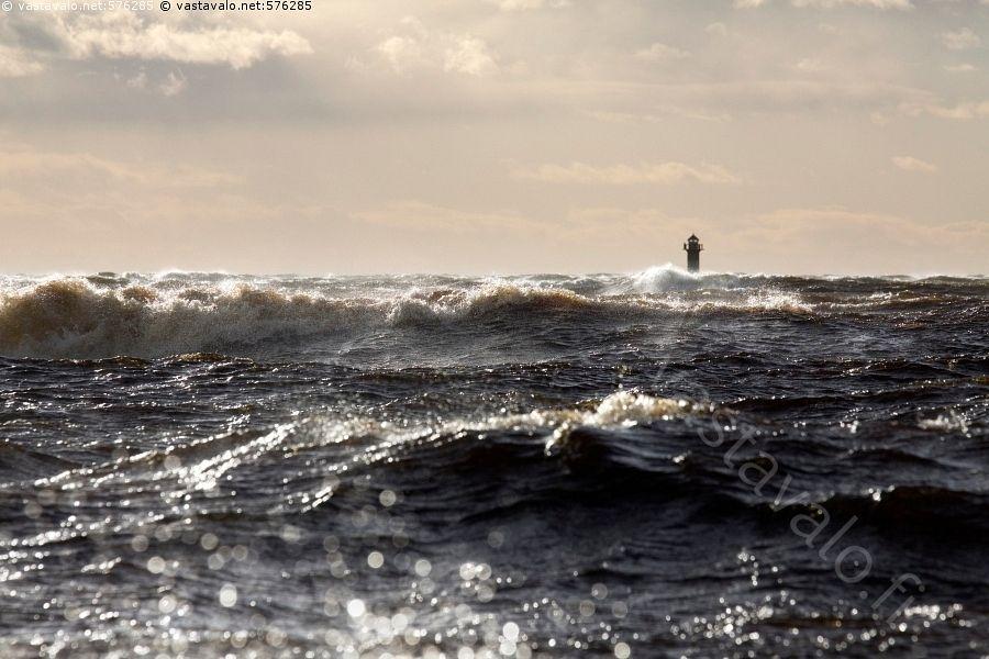 Myrsky - kova tuuli tuulinen aalto aallokko sektoriloisto merenkulku merenkulun turvalaite merimerkki Kaasanmatalan loisto syksy Perämeri Pohjanlahti Itämeri myrsky myrskyinen myrskyää kuohu murtuu aurinkoinen Haukipudas