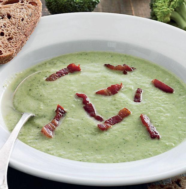 Her får du en rigtig lækker og cremet broccolisuppe med bacon, som er perfekt til en kold dag