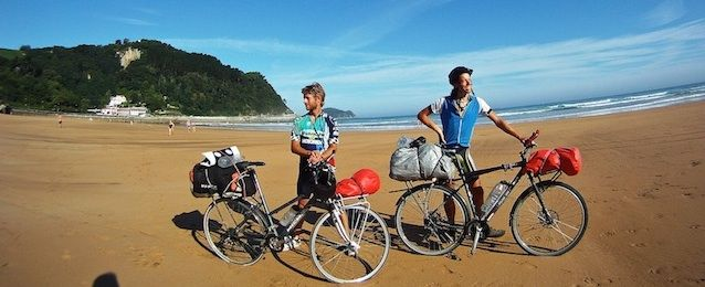 Dos ciclistas franceses en la playa haciendo el camino de santiago.