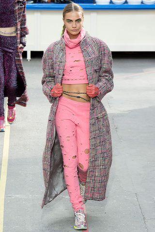 #Chanel. #Caradelevingne ofició una vez más como musa inspiradora de #KarlLagerfeld. En esta oportunidad con un supermercado como escenografía #Chanel nos mostró una colección de aires deportivos y modernos.