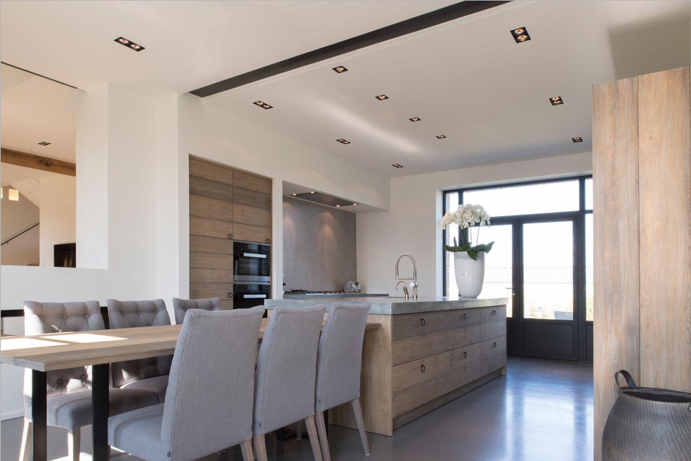In een zeer strak interieur is deze moderne keuken een opvallend ...