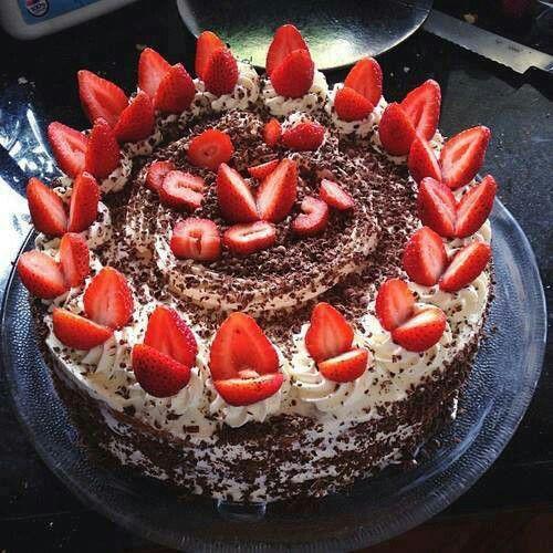 Pastel De Chocolate Decorado Con Fresas Cakes Food Desserts