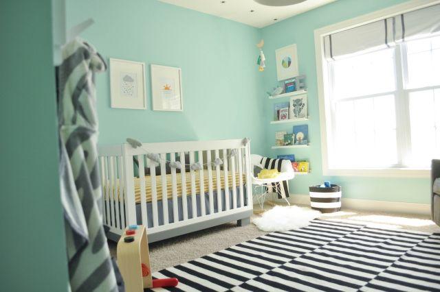 murs en vert d\'eau et un tapis à rayures noires et blanches ...