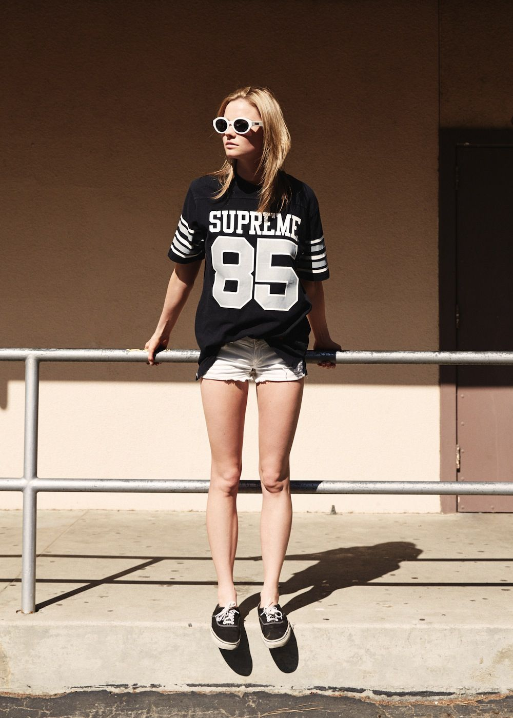 5d17d8b8898e9 Tシャツの色味に合わせて全体をモノトーンで仕上げる♪ Supremeのアイテムを使ったコーデ・ファッションスタイルのまとめ。