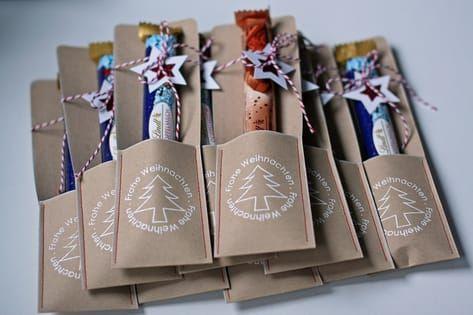 Regelmäßig zu Weihnachten bittet mich mein Mann um eine Kleinigkeit für seine Arbeitskollegen. Diesmal sind es die lecker Schokostangen v... #kleinegeschenkeweihnachten