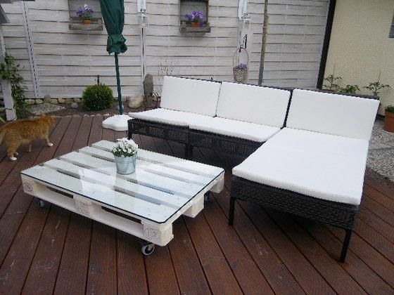 #Patio #table made of refurbished #europallets – cheap, easy and fancy! /// Tolles Projekt aus alten Paletten: Eine Sitzecke für die Terrasse!