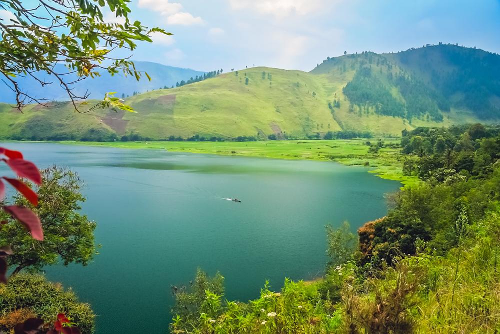 Danau Toba memiliki keunikan tersendiri, yaitu terdapat ...