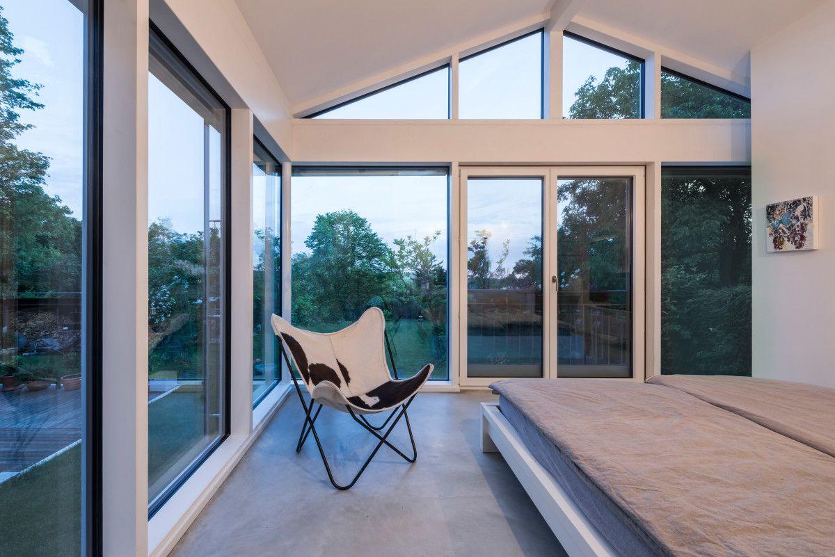 Modernes Schlafzimmer mit Dachschräge verglast - Innenarchitektur ...