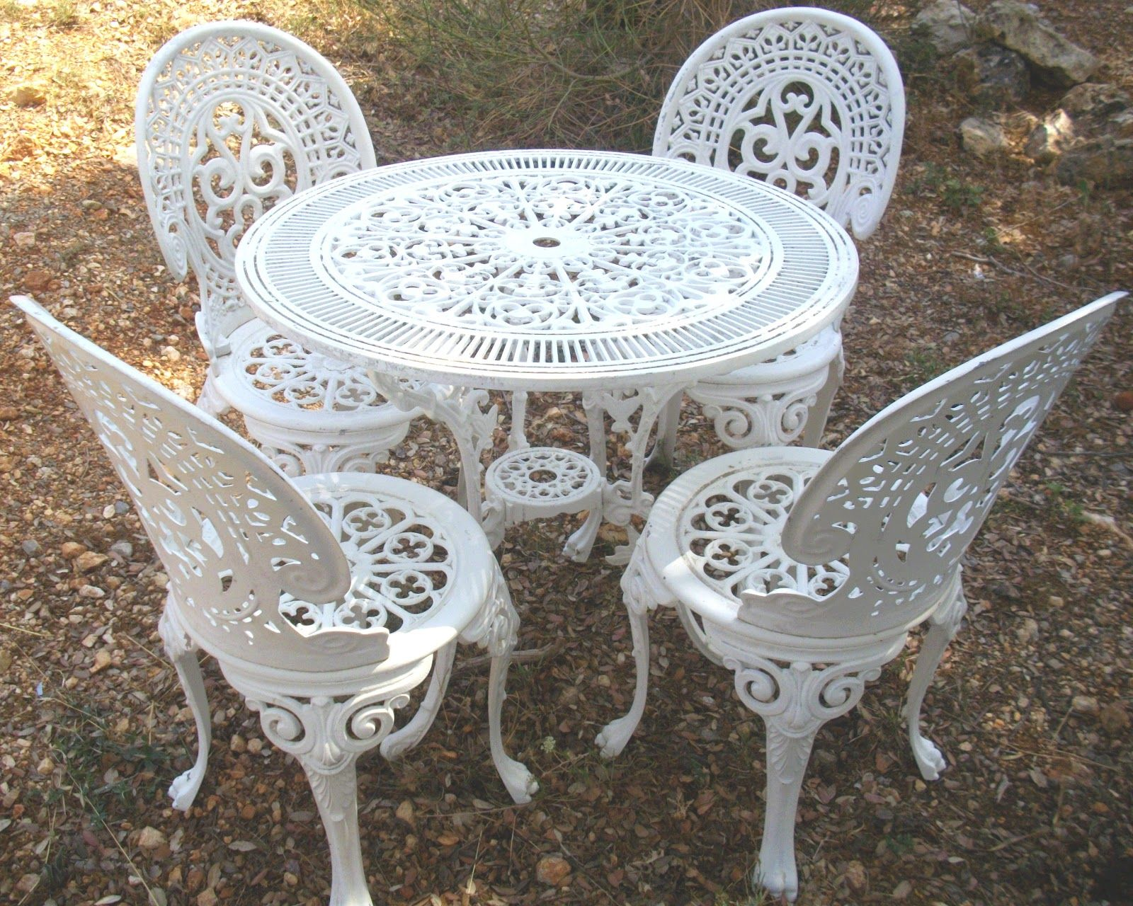 salon de jardin fonte laquée | Round outdoor dining table ...