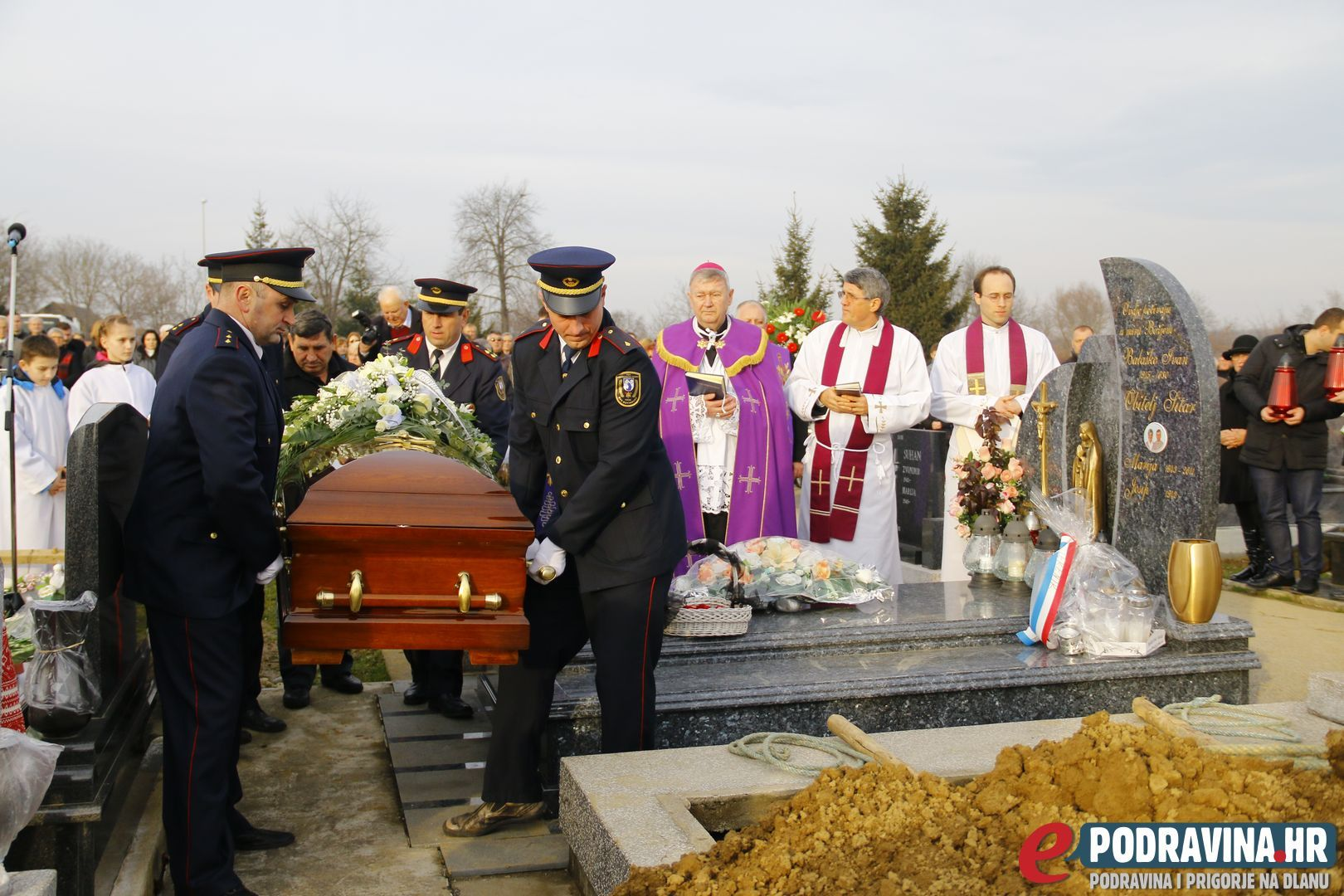 FOTO Veliko mnoštvo oprostilo se od velikog čovjeka Jože Friščića