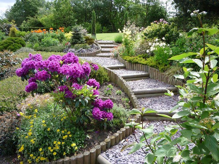 Piccoli giardini con ghiaia, decorazione con piante e alberi verdi ...