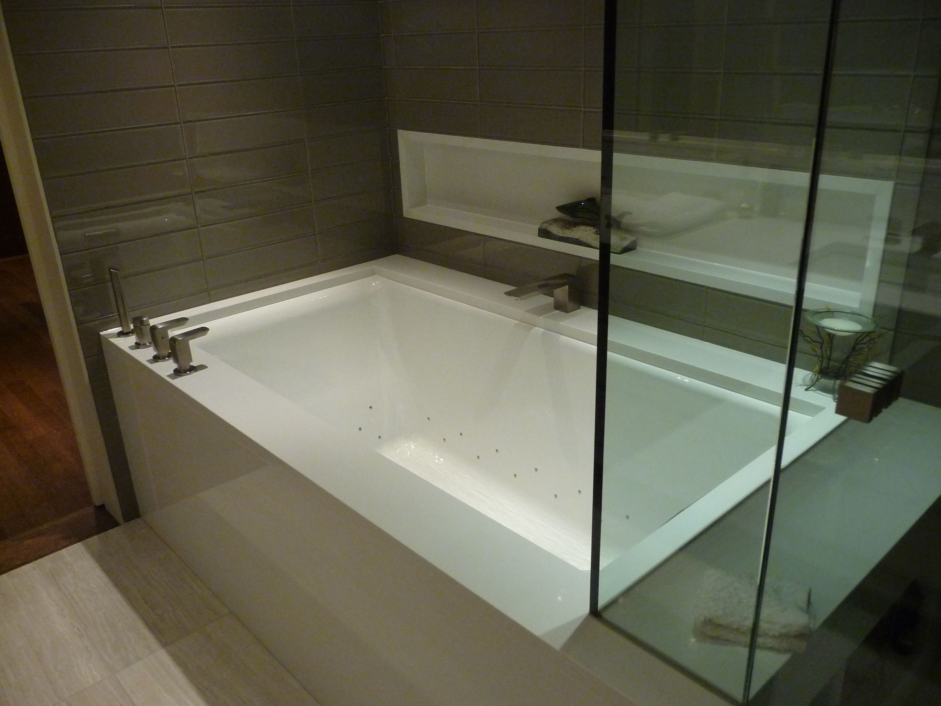 Tub Surround In White Quartz With Images Quartz Bathroom Tub