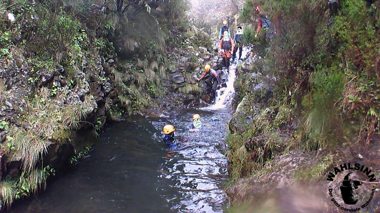 Canyoning - Wir schwimmen in 4 Grad kalten Wasser, Rothelm geht rechts dran vorbei....