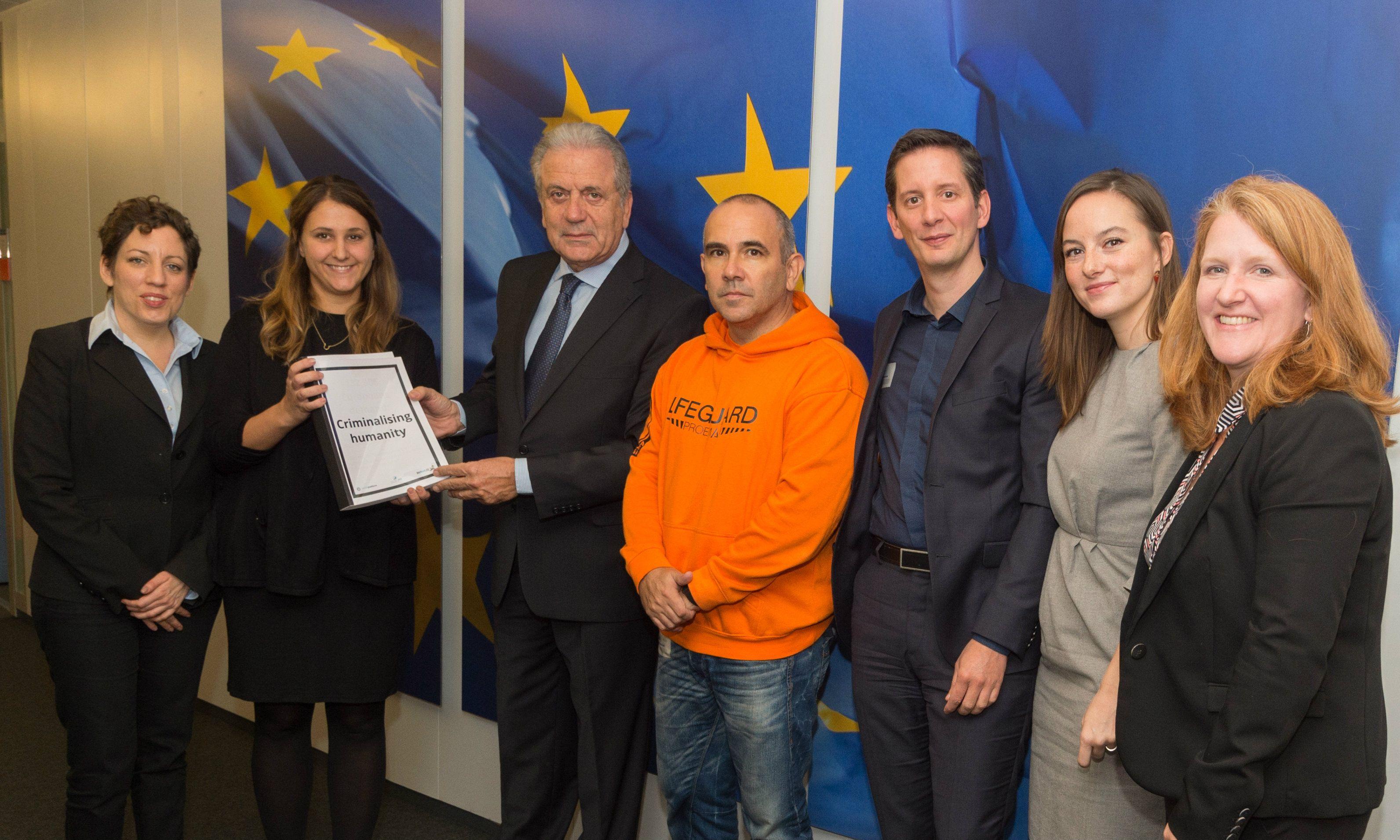 Feuerwehrleute vor Strafe bewahren ! EU-Richtlinien ändern ! Campaignerin Olga Vuković (2. von links) und Manuel Blanco (4. v.l.) bei Kommissar Avramopoulos (3. v.l.).