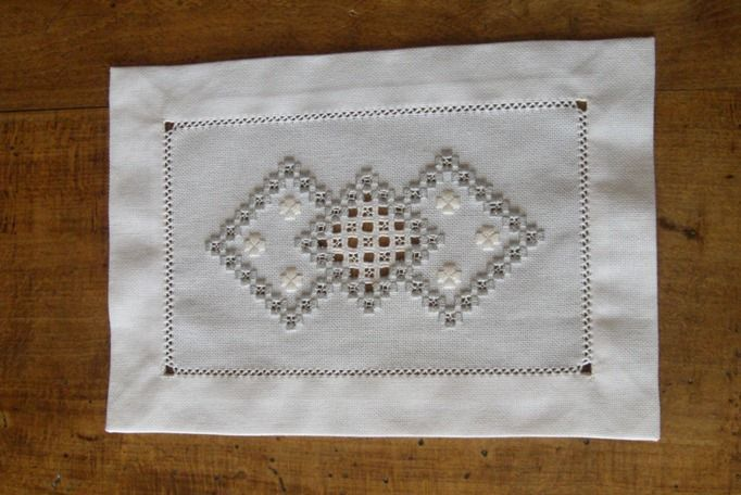 napperon brod main tons blanc et gris broderie hardanger. Black Bedroom Furniture Sets. Home Design Ideas