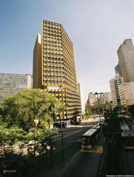 Здание Джоэлма – #Бразилия #Сан_Паулу (#BR_SP) Еще один дом, точнее целый небоскреб, с привидениями - Joelma Building. На этот раз в Сан-Паулу. Почти 40 лет назад здесь случился жуткий пожар, в результате погибли 180 человек. А сейчас это современное офисное здание, разместиться в котором не особенно много желающих - каждый вечер здание наполняется криками погибающих в огне людей... http://ru.esosedi.org/BR/SP/1000071200/zdanie_dzhoyelma/
