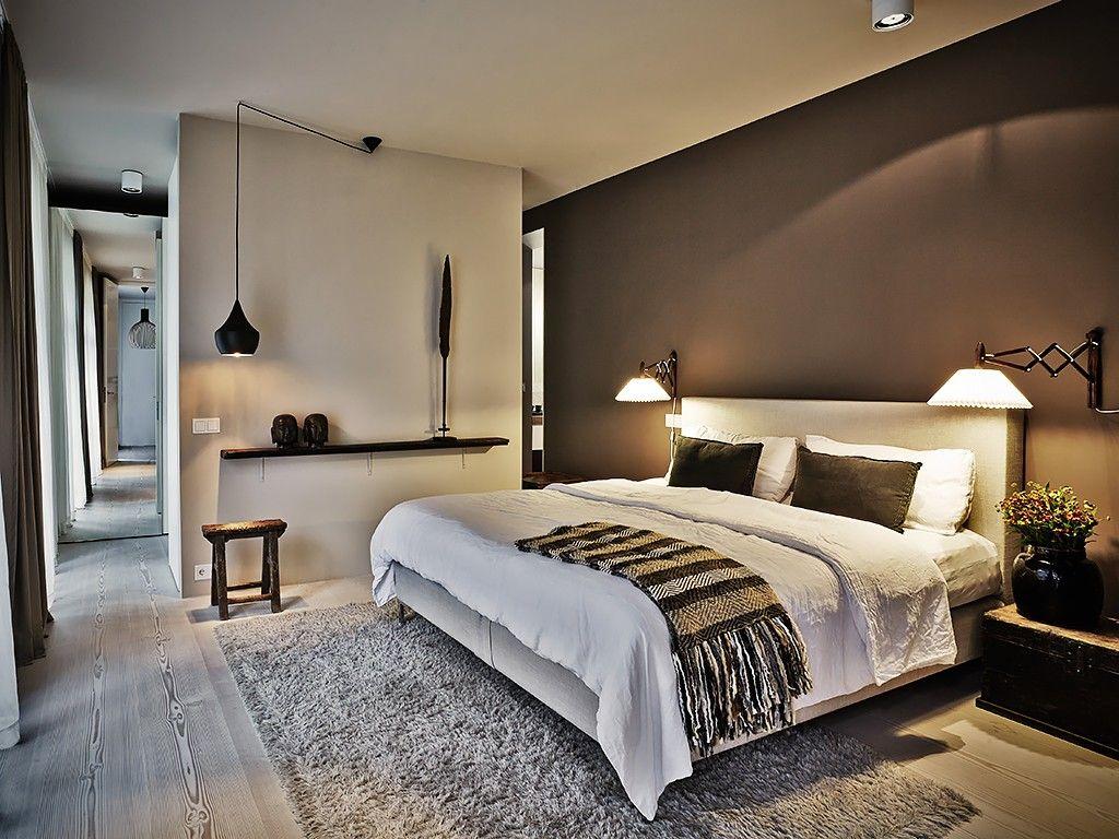 parede marrom em quarto, a parte de iluminação também está perfeita.