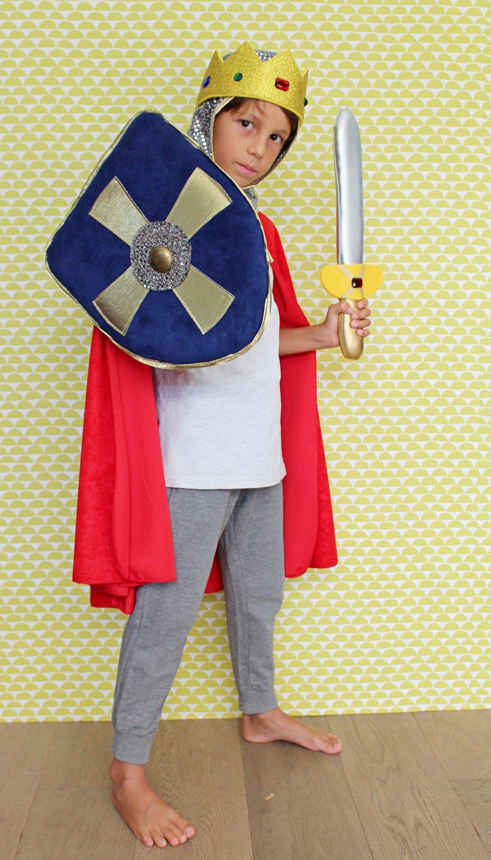 Vestito Cavaliere Bambino.Costume Re Artu Da Bambino Costume Cavaliere Bambino Composto Da Spada Scudo Passamontagna Corona E Mantello Costume Medievale Bambino Knight Costume Kids Costumes King Arthur