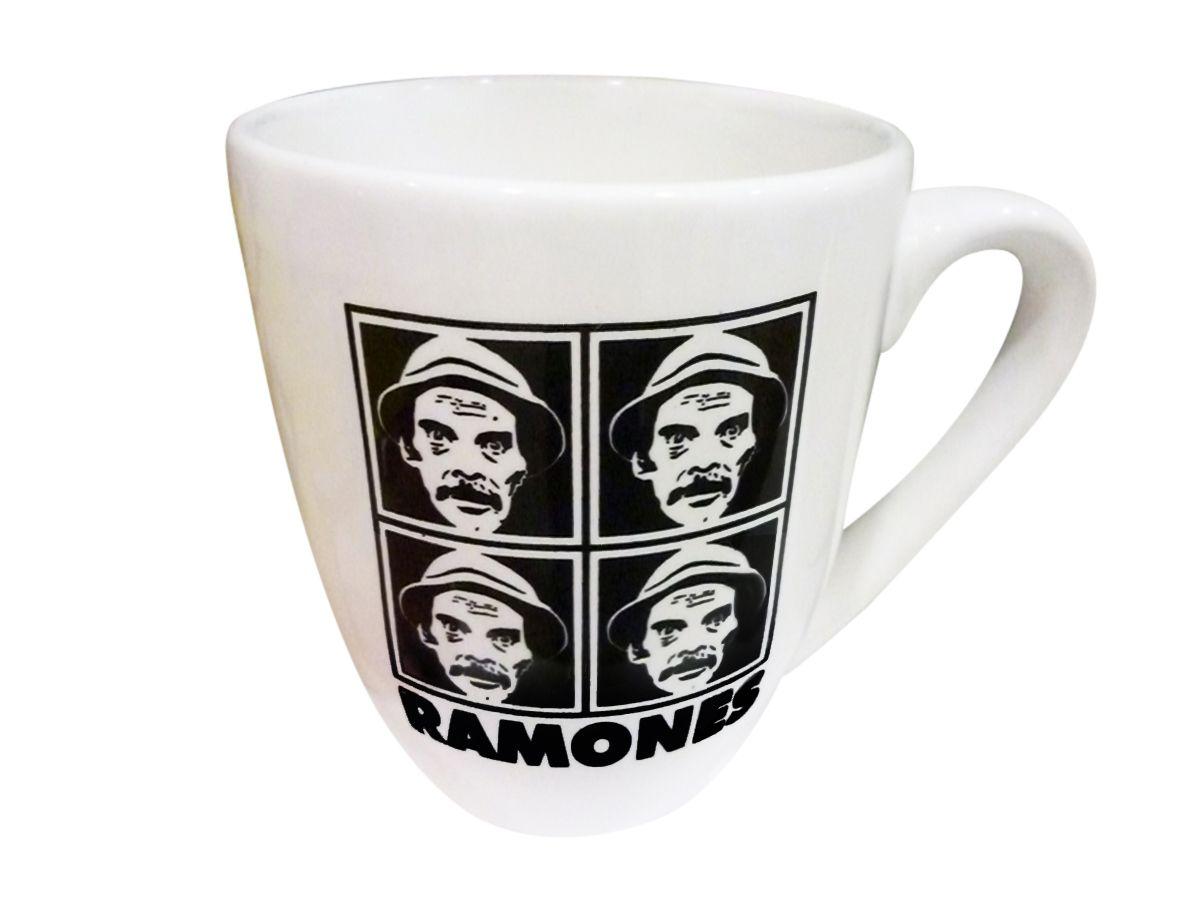 """Taza de cerámica con la imagen de Don Ramón (personaje de la serie """"El Chavo del Ocho"""") repetida cuatro veces. Debajo, dice: """"Ramones"""". Medidas: 10 cm (alto) x 8,5 cm (ancho de la boca de la taza) x 4,5 cm (ancho de la base de la taza). Sólo está disponible en blanco (ilustración en negro). PRECIO: $45."""