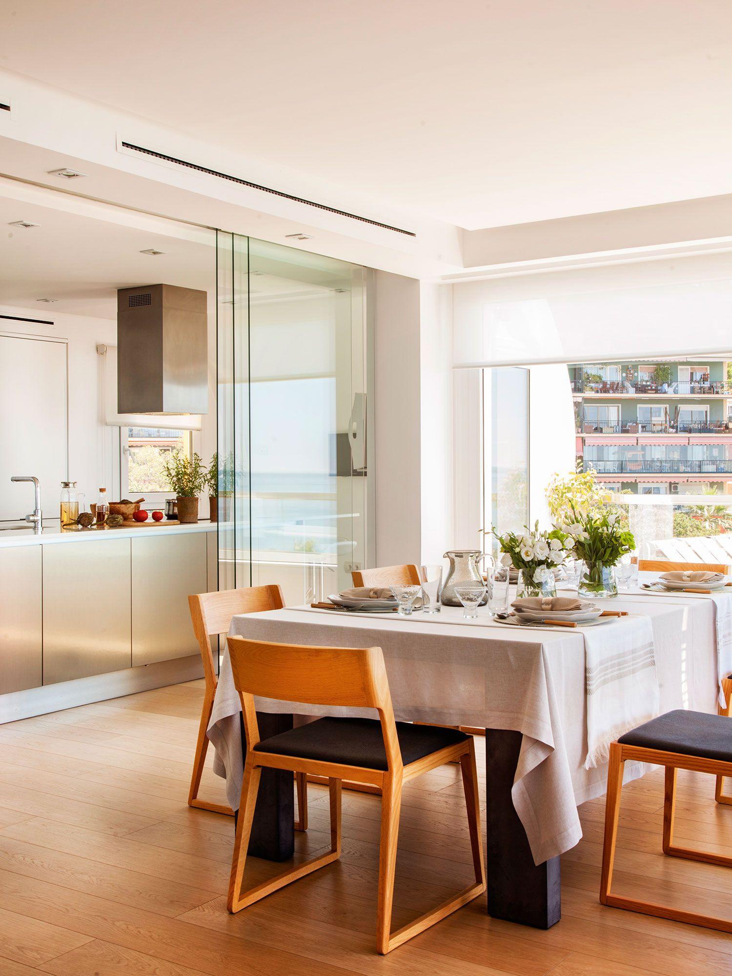 Cocina vista del comedor comunicada con gran puerta for Puertas correderas comedor