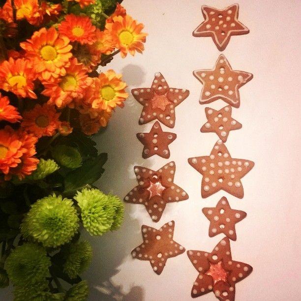 Vuoden ensimmäiset #piparit leivottu ja syöty. Näistä lopuista  ajattelin askarrella jonkinlaisen roikkuvan pipari-installaation  #gingerbread #baking #leipominen #joulu #christmas #jul #decor #homedecor #koristeet #myhome