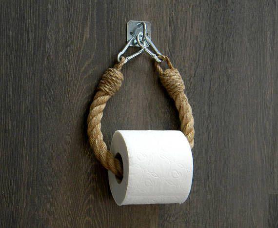 Der Toilettenpapierhalter besteht aus natürlichem Juteseil und einer #whitebathroompaint