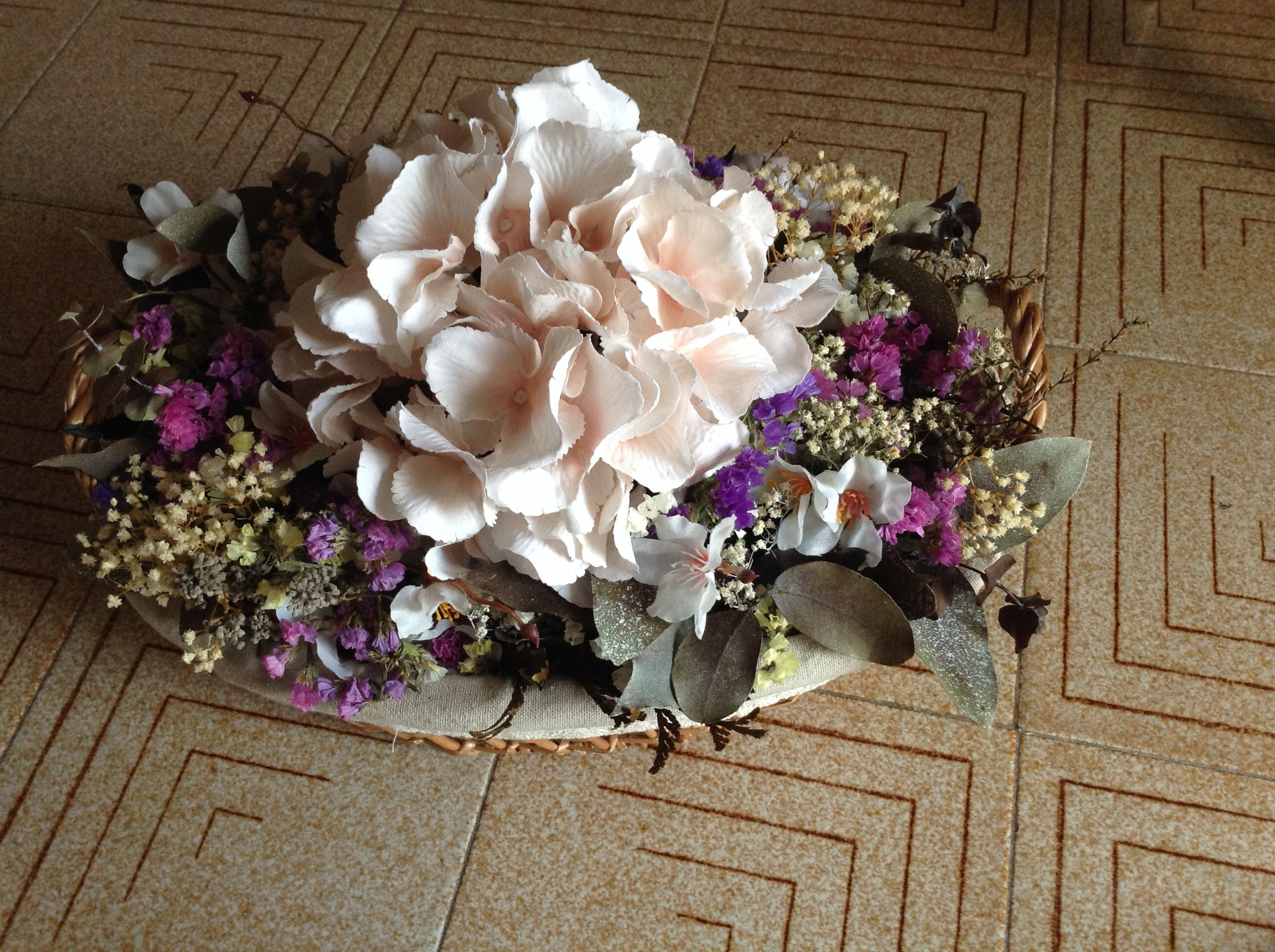 centro de flores secas con hortensia