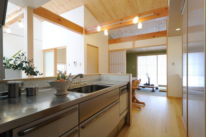 S K House 1階ldkの勾配天井にはパインの羽目板を張りました 開放