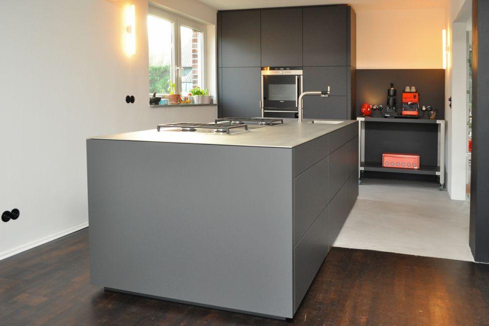 Fesselnd Graue / Anthrazitfarbene Küche Nach Maß Mit Einer Edelstahlarbeitsplatte