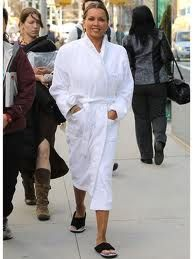 Michelle Williams walks in her bathrobe! Celebrities in