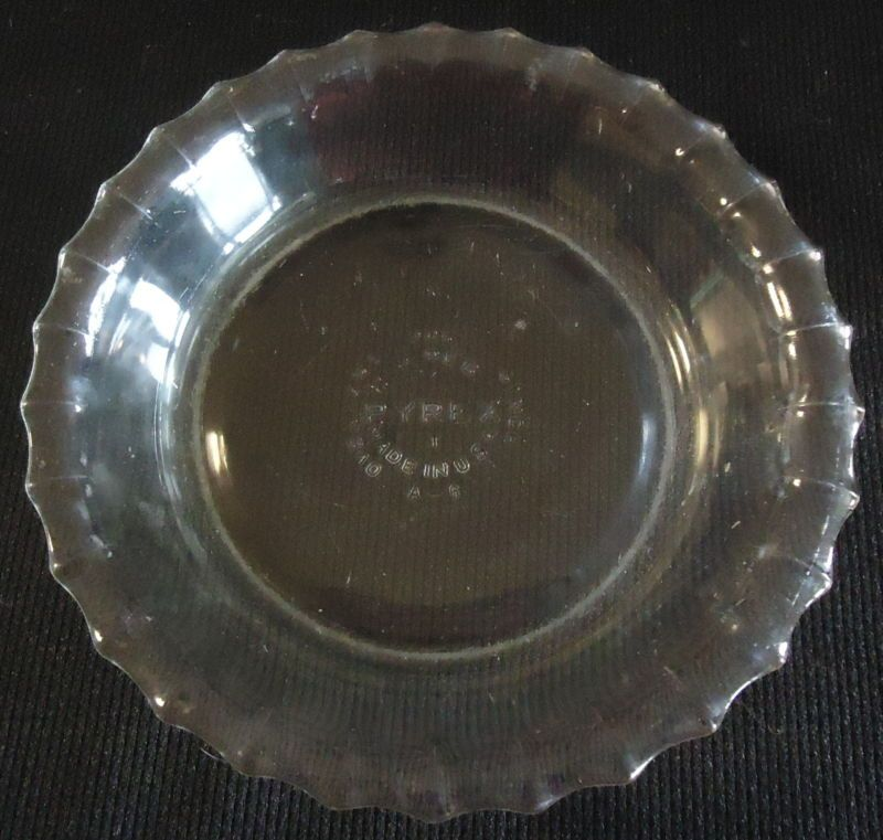 SMALL VINTAGE 6  PYREX GLASS PIE PLATE WITH FLUTED EDGES & SMALL VINTAGE 6