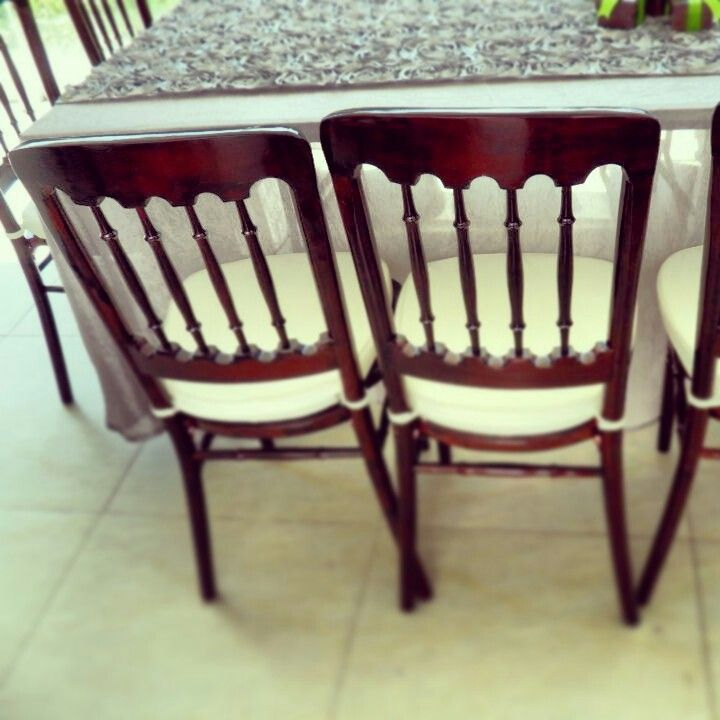 Nuestra silla versalles color mahogany en renta para tus for Sillas para eventos
