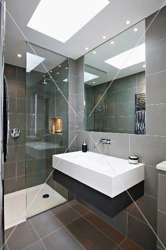 designerbad mit grauen fliesen und eingelassenes lichtfeld in abgeh ngter decke badezimmer. Black Bedroom Furniture Sets. Home Design Ideas