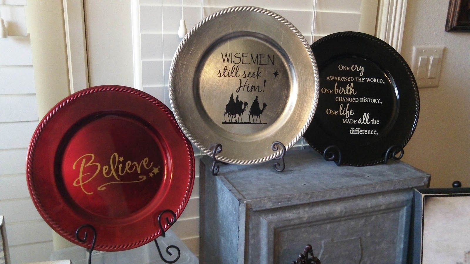 christmas charger plate with vinyl super saturday ideas