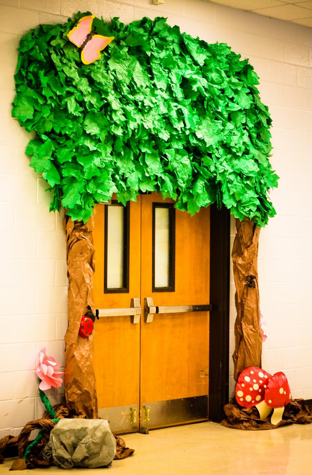 Transform school doors i couldn 39 t actually find the for Nursery class door decoration