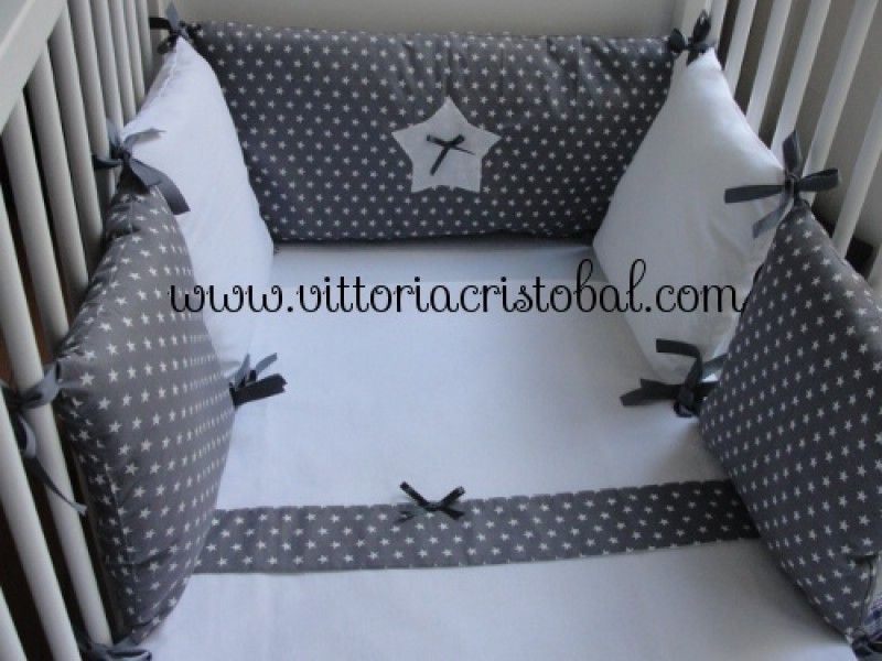 tour de lit b b gris blanc etoiles carolina v 5 coussins 4 carr s et 1 rectangulaire blanc. Black Bedroom Furniture Sets. Home Design Ideas