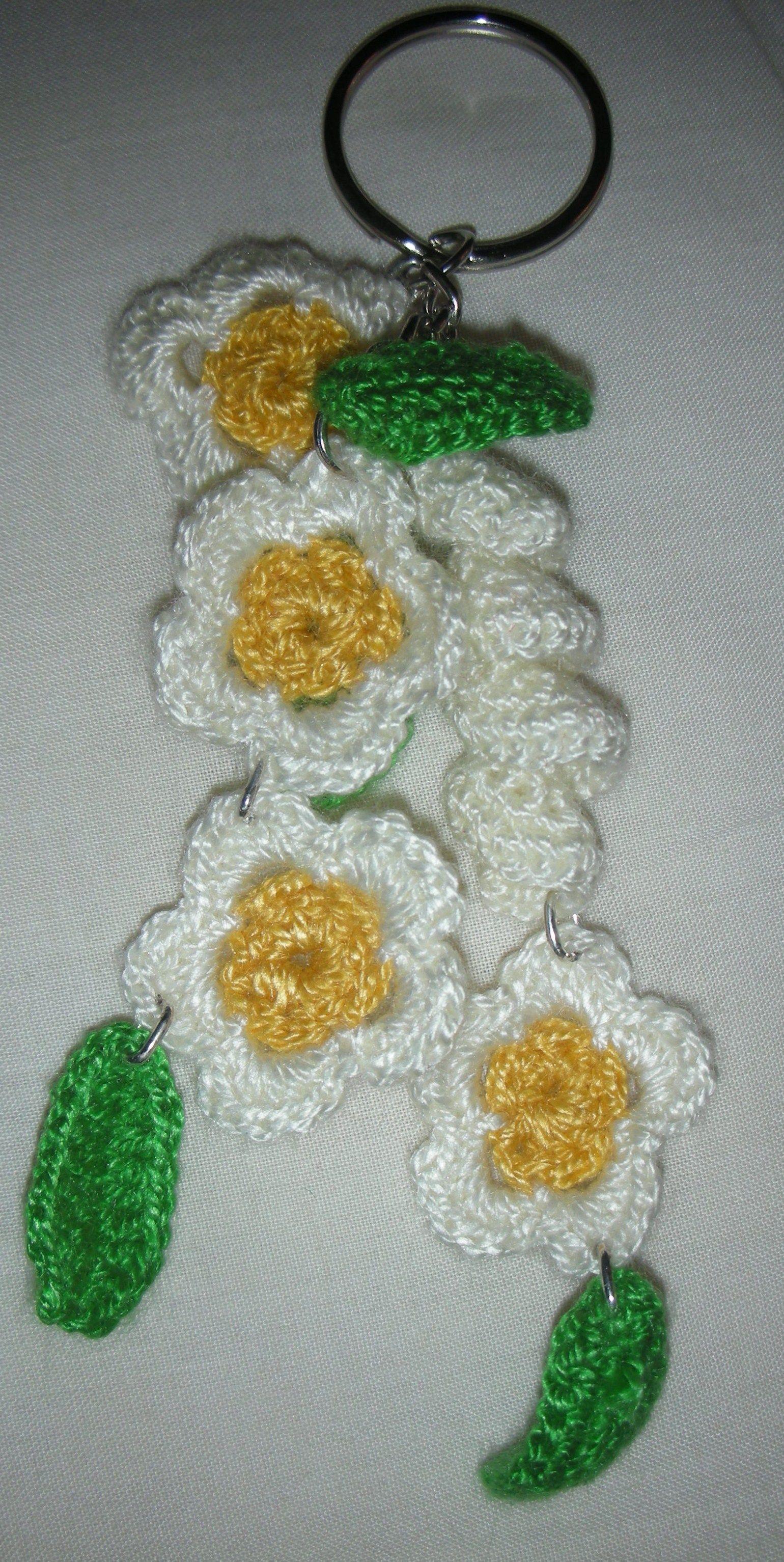 Llavero con aplicaciones en crochet.