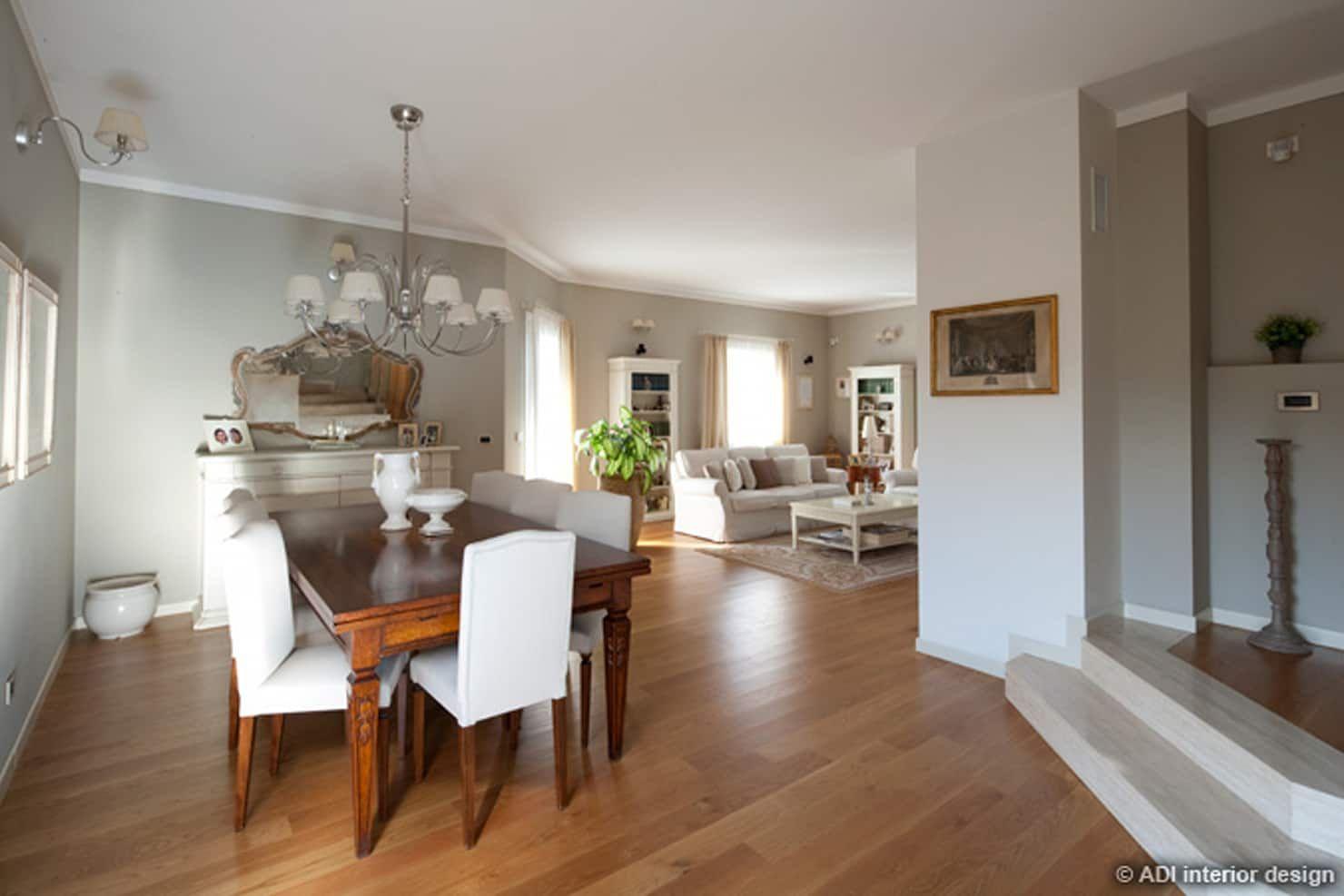 Casa raffinata sala da pranzo in stile classico di adi ...