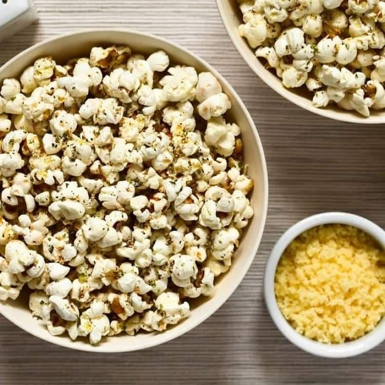 مطبخ سيدتي On Instagram حضري فشار بجبن البارميزان لأحلى سهرة مع الأصدقاء المقادير جبن البارميزان ربع كوب مبشور Pizza Popcorn Ingredients Recipes Popcorn
