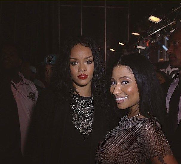 """Nicki Minaj deja a más de uno boquiabierto con su peculiar estilo al presentarse en el  """"Hot 97 Summer Jam"""", al lado de artistas como   Lil' Wayne, 50 Cent y Wiz Khalifa. La cantante se fotografió al lado de Rihanna ¿cuál de ellas es tu favorita?"""