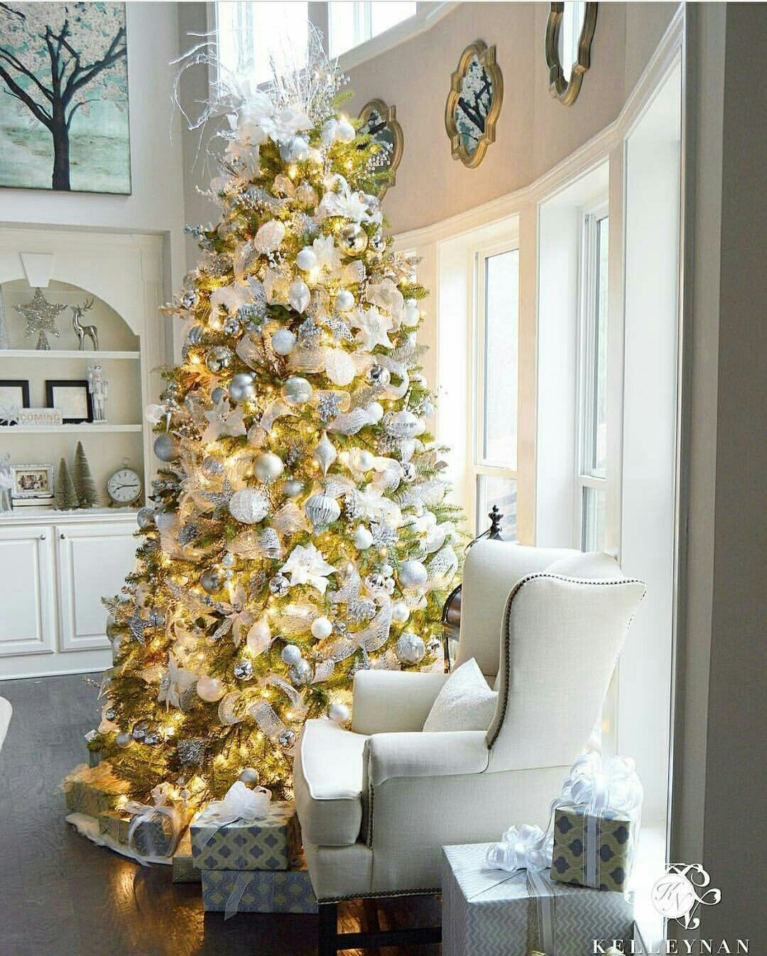 The Real Houses Of Ig Arvore De Natal Gold Holiday Decor Gold Christmas Decorations Gold Christmas Tree