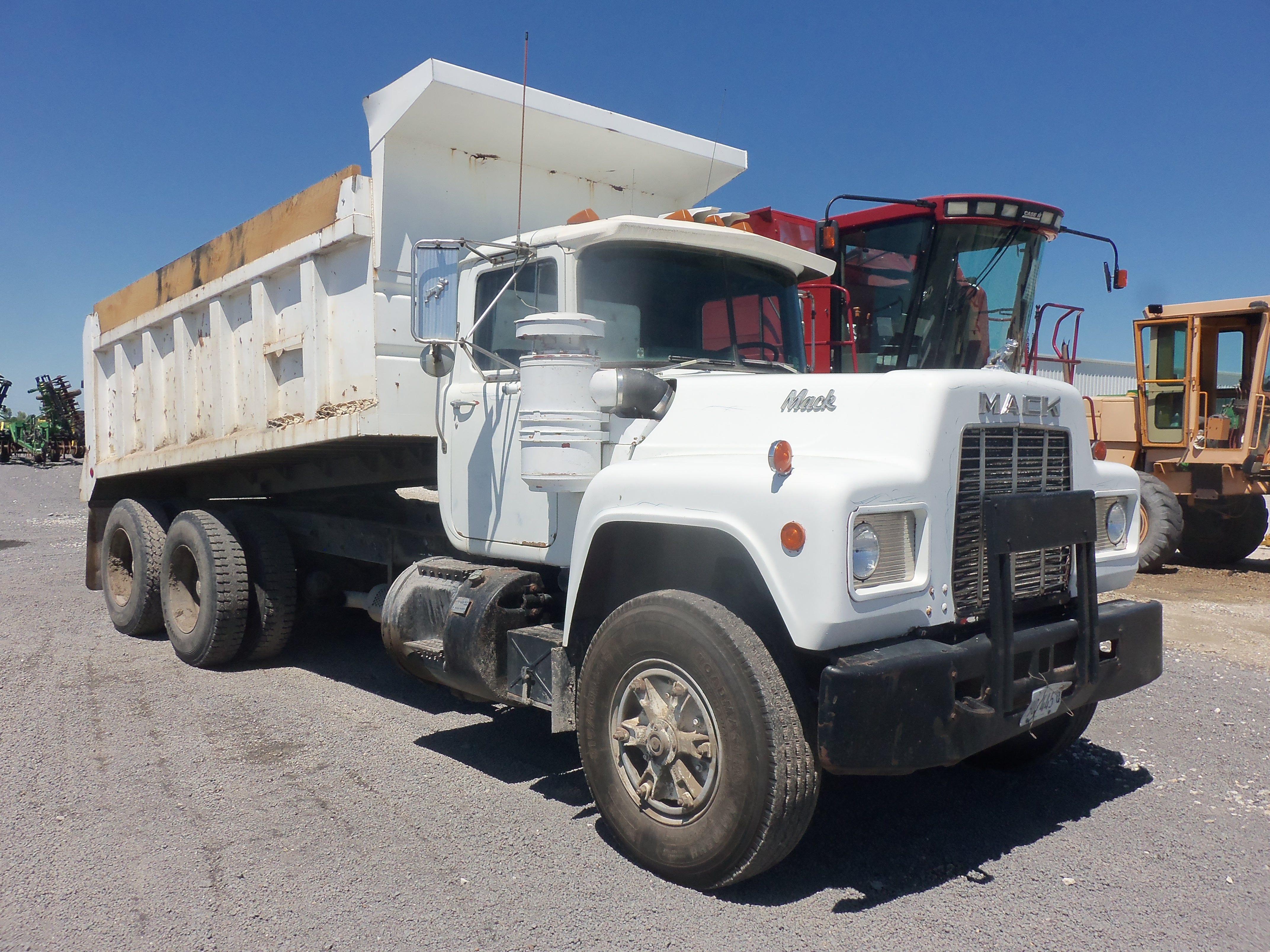 White Mack Rd 10 Wheeler Dump Truck Dump Trucks Trucks Mack Trucks