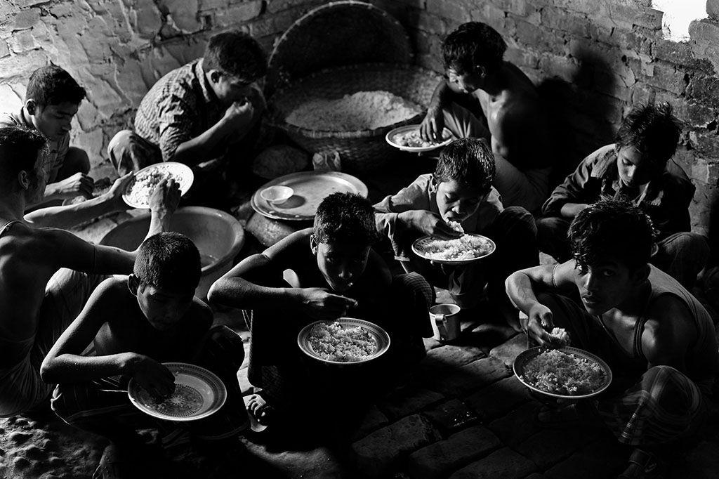 """""""Fallen Stars"""" No campo de tijolos as refeições são à base de arroz e legumes Pelo fotógrafo bangladeshiano MD Shahnewaz Khan"""