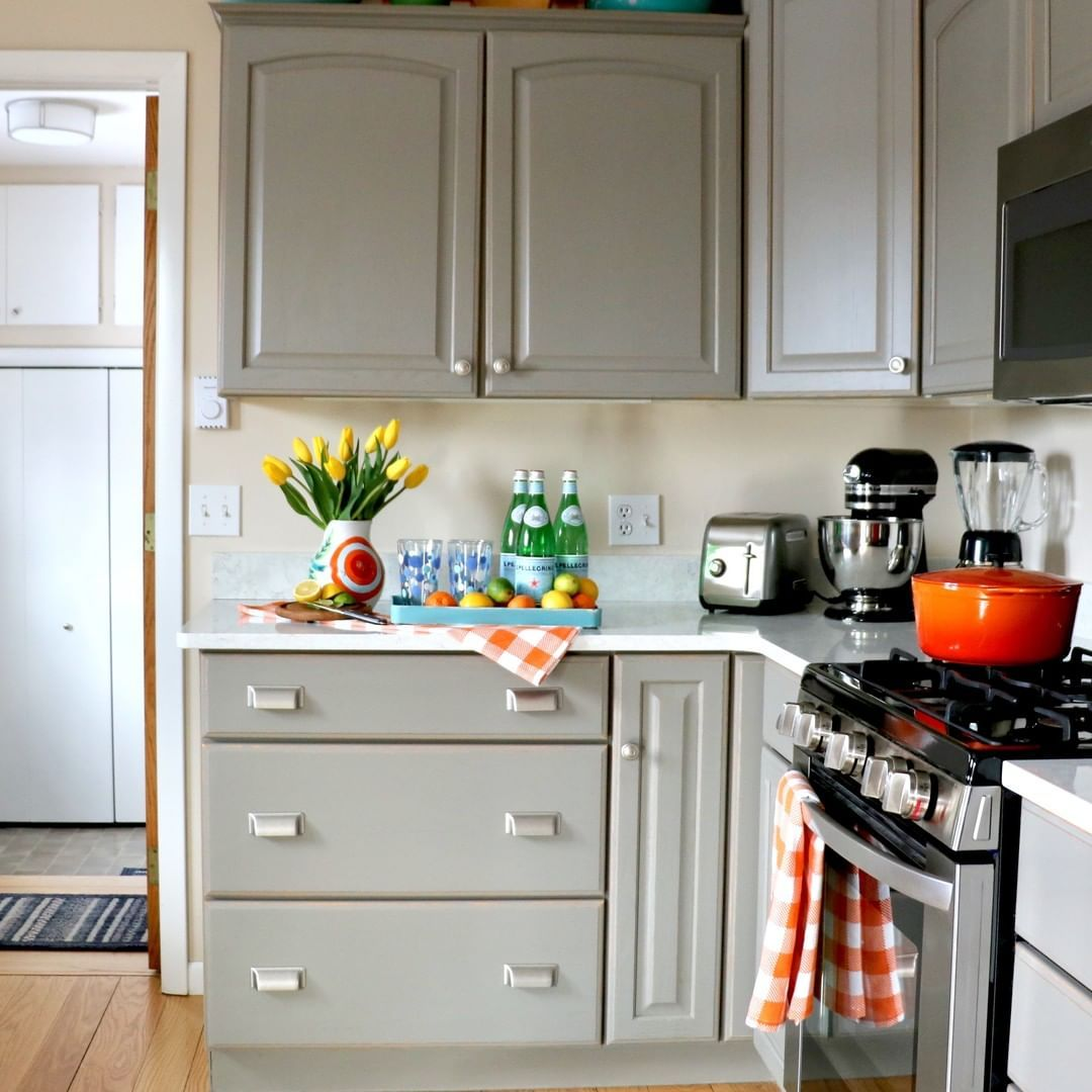 Love This Kitchen By Sara Surrey Lane Home Sara Painted Her Cupboards In Chalk Paint In French Linen And T Chalk Paint Kitchen Cabinets French Linen Kitchen