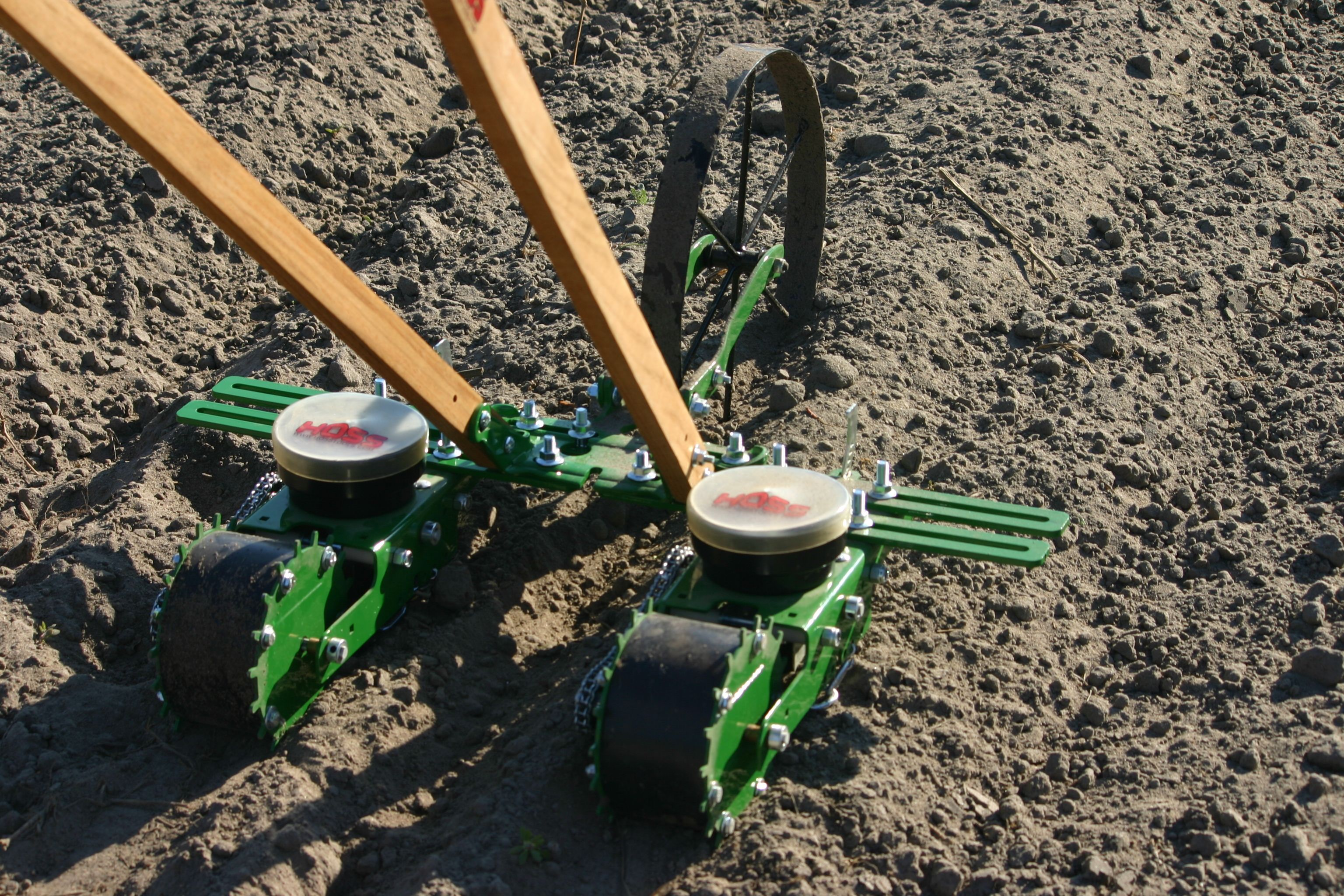 Introducing The Multi Row Seeder This Incredible Wheel Hoe And Seeder Setup Allows You To Plant Multiple Rows A Planting Carrots Grow Your Own Food Vrt Ideje