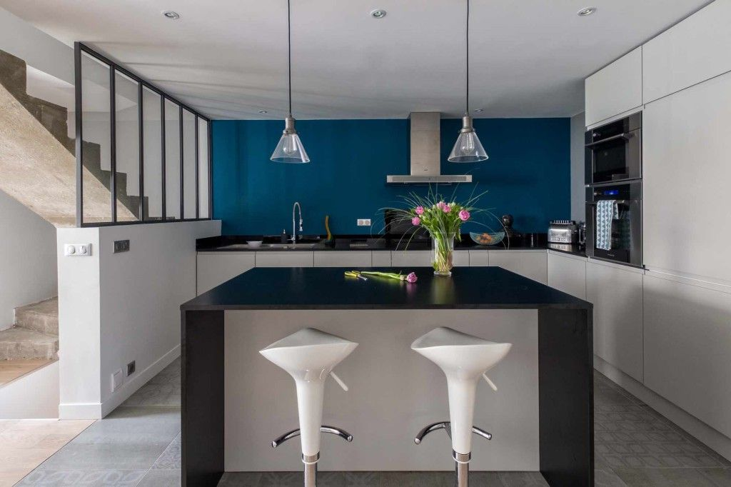 conception et amnagement dune cuisine blanche et noir avec un mur color pour apporter