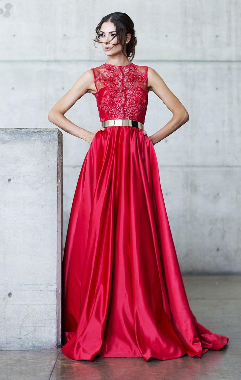 891d310dbe Vestido elaborado en encaje tridimensional en color rojo. Falda circular en  raso. Detalle metálico en cintura.